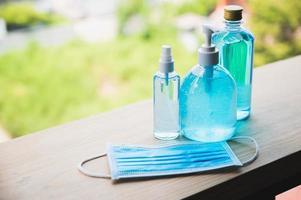 coronaviruspreventie handdesinfecterende gel, spray en het dragen van een beschermend gezichtsmasker tegen coronavirus. foto