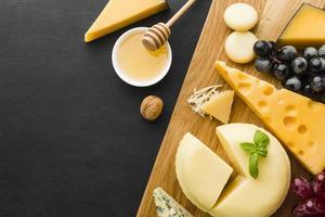 gastronomische kaas en druiven op snijplank met honing foto