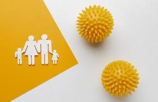 platliggende familie gemaakt van papier met virussen foto