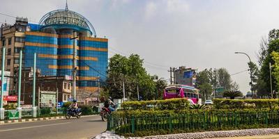 kleurrijke stoffige weg naar de luchthaven. ringweg, katmandu, nepal. foto