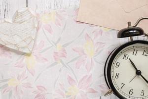 bloemenpapier en klok foto