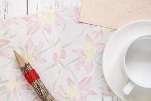 bloemenpapier met potlood en koffie foto