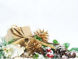 Kerst achtergrond met shabby chic cadeau in decoraties foto