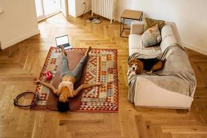 zwarte jonge vrouw die ligt terwijl ze rust na yogabeoefening foto
