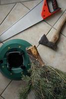 hamer en zaag. kerstboom staan. feestelijke voorbereiding. foto