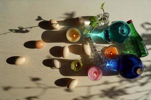 paaseieren en decoratieve kleurrijke glazen met water op tafel. foto