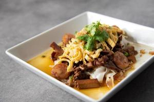 tube noedels koriander bovenop Aziatisch eten foto