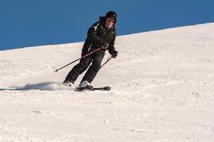 grandvalira, andorra, 03 januari 2021 - jonge man skiën in de pyreneeën in het skigebied grandvalira foto