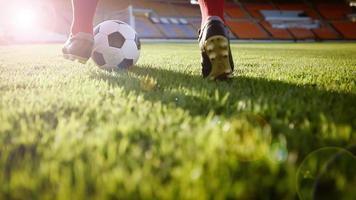 voetbal of voetballer die met de bal op het veld staat om de voetbal in het voetbalstadion te schoppen foto