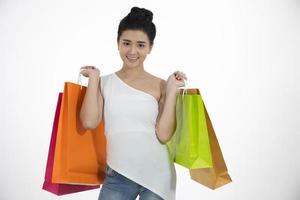 Aziatische vrouwen mooi meisje houdt boodschappentassen vast en glimlacht foto
