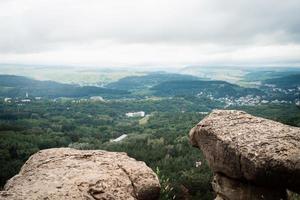 bergtop rotsen landschap. bergpanorama foto