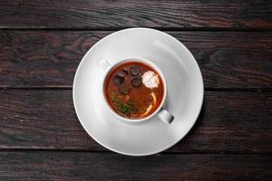 smakelijk gerecht van Russische mengelmoessoep in keramische pot foto