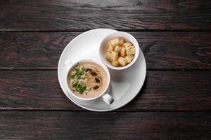 crème van champignonsoep. huisgemaakt met hele en gesneden champignons foto