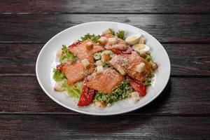 heerlijke frisse salade met rode vis voor op de feesttafel foto
