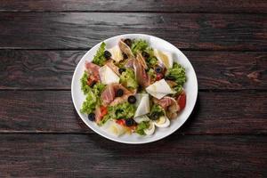 heerlijke frisse salade met spek voor op de feesttafel foto