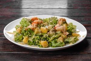 heerlijke frisse salade met garnalen en peer voor op de feesttafel foto