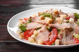 heerlijke frisse salade met bacon en tomaten met kruiden en greens foto