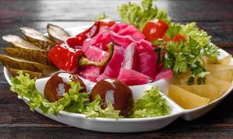 heerlijke pittige augurken gesneden op een serveerschaal foto