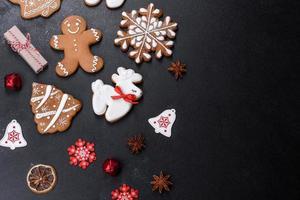 Kerst feestelijke peperkoek thuis gemaakt op een donkere tafel foto