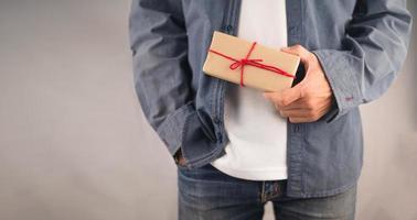 mensen met geschenkdoos, nieuwjaarsgeschenkdoos, kerstcadeaudoos, kopieerruimte. Kerstmis, jaar, verjaardagsconcept. foto