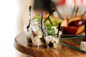 horeca. eten voor feesten, bedrijfsfeesten, conferenties, forums, banketten. verschillende soorten dure kazen met frambozen, olijven. selectieve focus foto
