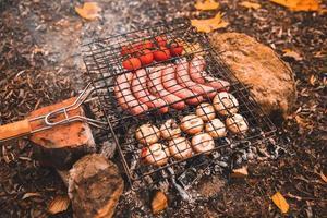 eten koken op vreugdevuur. kampeerconcept foto