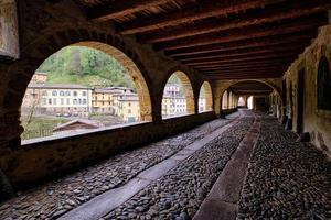 schilderachtig uitzicht op het oude dorp en de prachtige oude arcadenstraat foto