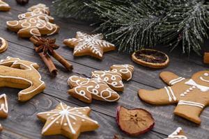 zelfgemaakte peperkoek kerstkoekjes op houten tafel foto