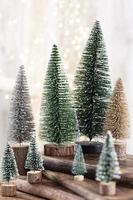 kerstboom op bohek houten, bokeh achtergrond foto