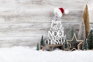 kerstboom op houten achtergrond foto