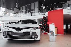nieuwe glanzende mooie auto's staan bij de receptie in de autowinkel foto
