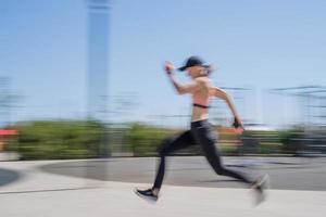 sportieve vrouw die op het sportveld traint op een zonnige zomerdag foto