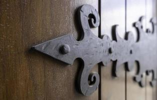 smeden op een houten deur foto