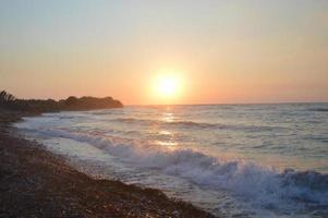 zonsondergang aan de kust van de Egeïsche Zee in Rhodos in Griekenland foto