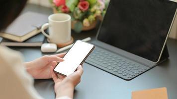 zakenvrouw op zoek naar belangrijke informatie met een smartphone voor haar nieuwe project. foto