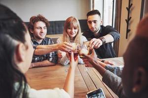 handen van mensen met glazen whisky of wijn, vieren en proosten ter ere van de bruiloft of andere viering foto