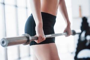 vrouw tillen gewichten in sportschool concept training gezonde levensstijl sport foto