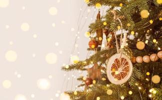 kerstboom versierd in scandinavische stijl, rustiek ornament en onscherpe lichten. stockfoto met kopie ruimte foto