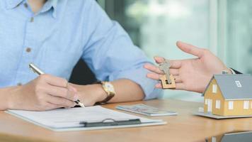 verzekeringsagenten introduceren klanten om onroerendgoedverzekeringscontracten te ondertekenen. foto