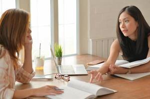 een portret van twee Aziatische vrouwelijke studenten lezen hard om zich voor te bereiden op universitaire studies. foto