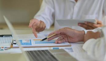 het accountantsteam evalueert momenteel de situatie van het bedrijf om de impact van de virusuitbraak op te lossen. foto