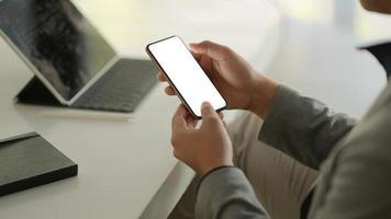 mensen uit het bedrijfsleven met behulp van smartphone leeg scherm. foto