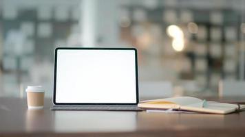 werkplek met laptop, kantoorbenodigdheden en koffie. foto