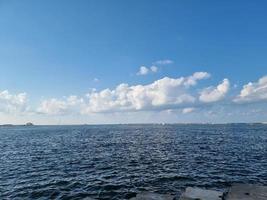 zee en wolken foto
