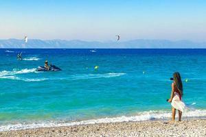 mensen op het strand van Kremasti, Rhodos, Griekenland, 2018 foto