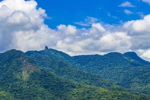 abraao berg pico do papagaio met wolken ilha grande brazilië. foto
