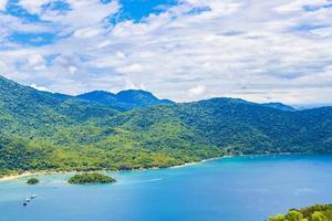 groot tropisch eiland ilha grande abraao strand panorama brazilië. foto