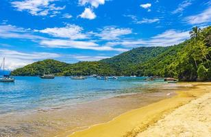 strand julia op tropisch eiland ilha grande abraao strand brazilië. foto