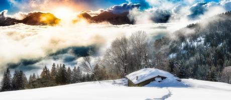 panoramisch landschap van hermitage geïsoleerd in de sneeuw foto