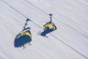 schaduwen van stoeltjesliften op de sneeuw foto
